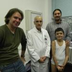 Mihaita mit Thomas Muhr (Benefit & Joy), Dr. Marathovouniotis  (Kinderklinikum Köln) und Orthopädietechniker Marc Roy (Firma Malzkorn, Köln)