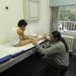 Orthopädietechniker Marc Roy nimmt Maß für die Kompressionskleidung (1)