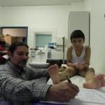 Orthopädietechniker Marc Roy nimmt Maß für die Kompressionskleidung (2)